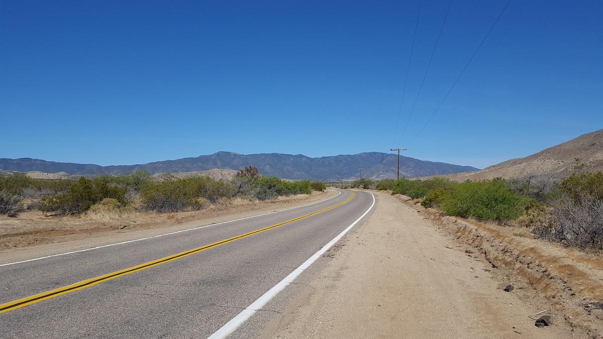 Route et montagne à l'horizon