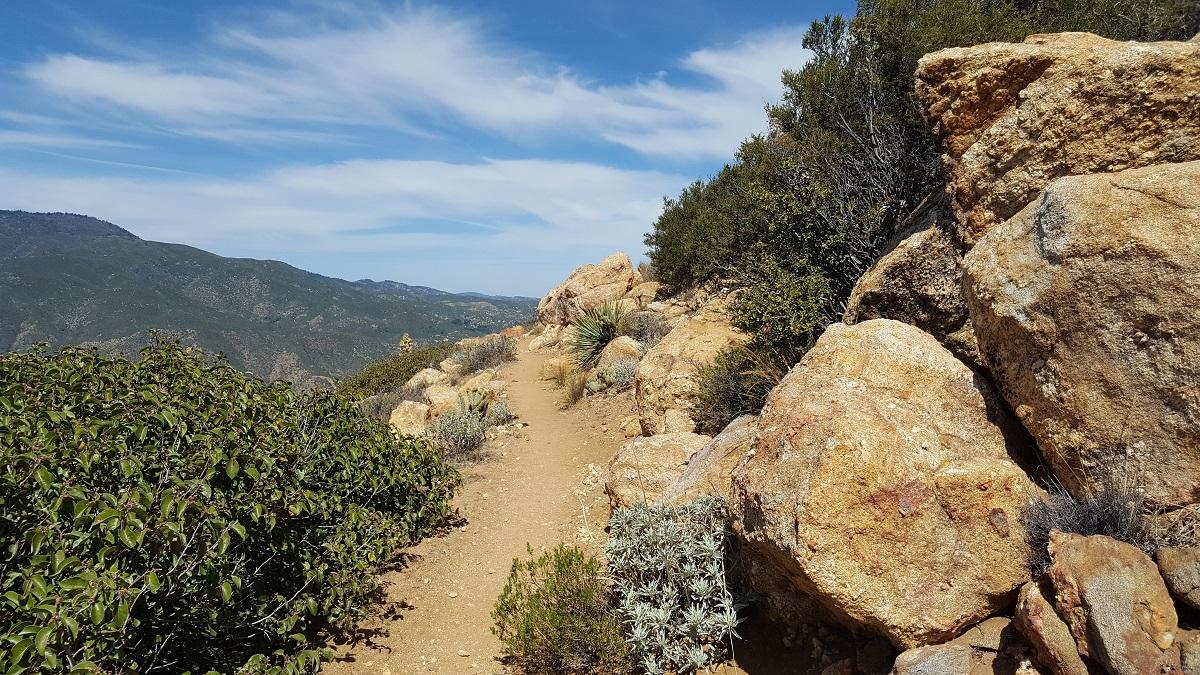 Sentier en corniche dans le désert californien