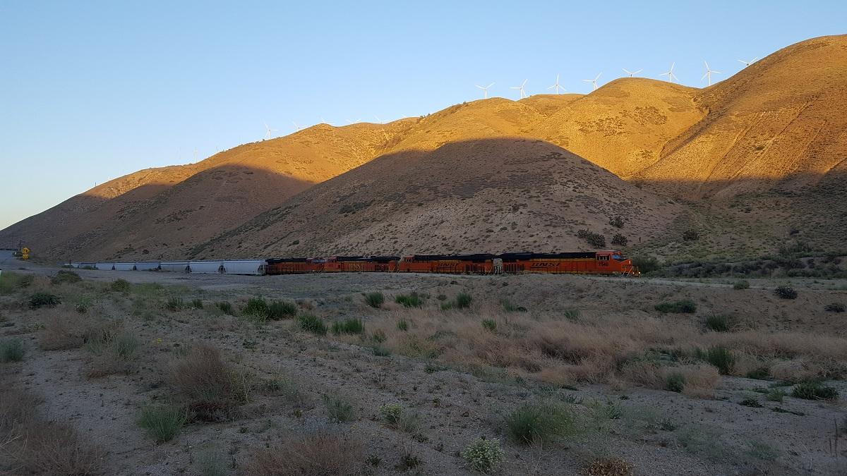 Un train d'une longueur qui parait infinie dans la vallée - A freight train seems endless in the valley