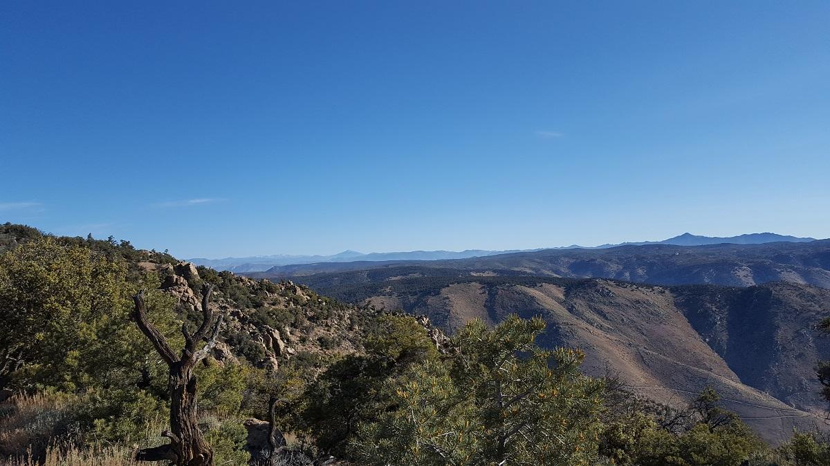 Montagnes enneigées de la Sierra Nevada dans le lointain - Snowy mountains of the Sierra Nevada in the far horizon