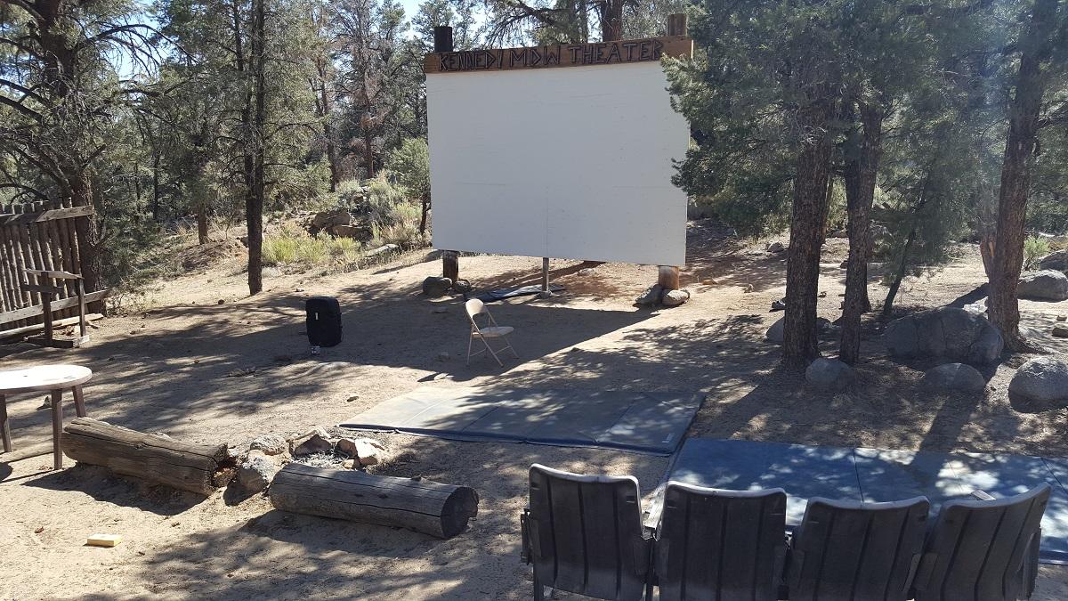 Ecran de cinéma en plein air à Kennedy Meadows - Outdoor movie screen in Kennedy Meadows