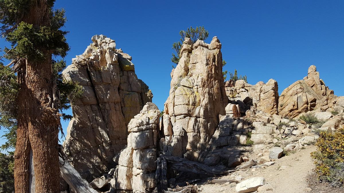 Cathédrales de pierre granitique sur fond de ciel bleu - Granite cathedrals against the blue sky