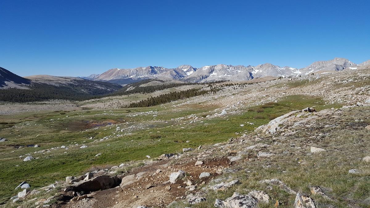 Paysage de montagne, sommets enneigés à l'horizon - Moutain landscape, snowy peaks in the background