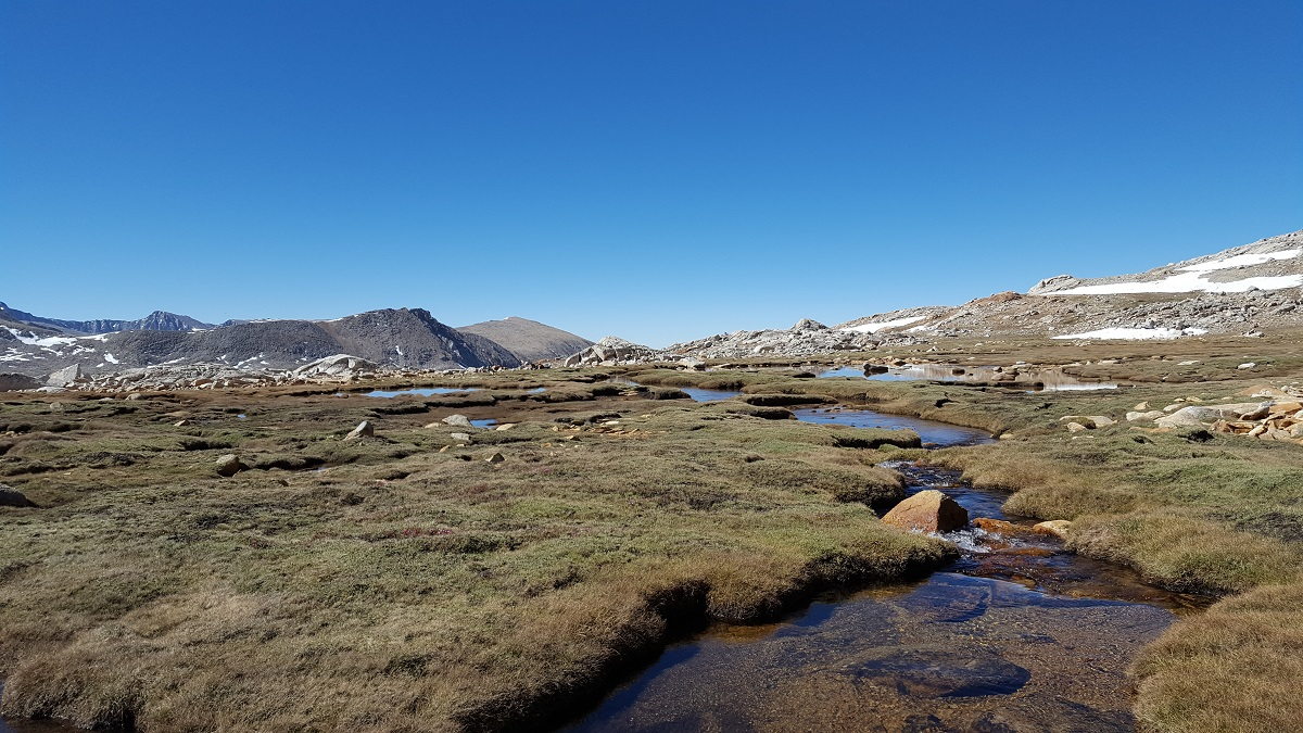 Petits cours d'eau sur un plateau herbeux en montagne - Water streams on the grassy plateau in the mountain