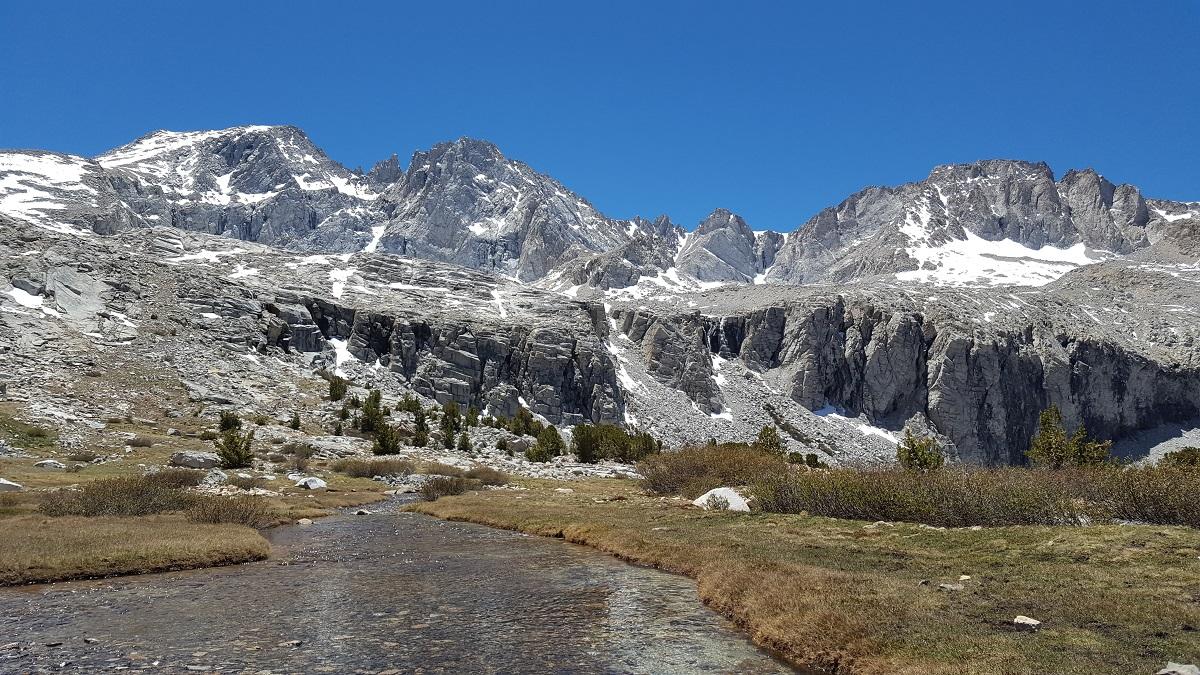 Rivière peu profonde et montagnes enneigées - Shallow creek and snowy mountains