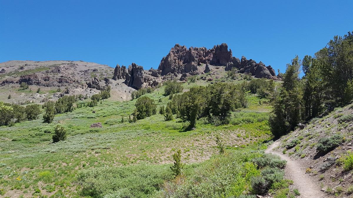 Cathédrales de roche volcanique sur des sommets herbus - Volcanic cathedrals on grassy hills