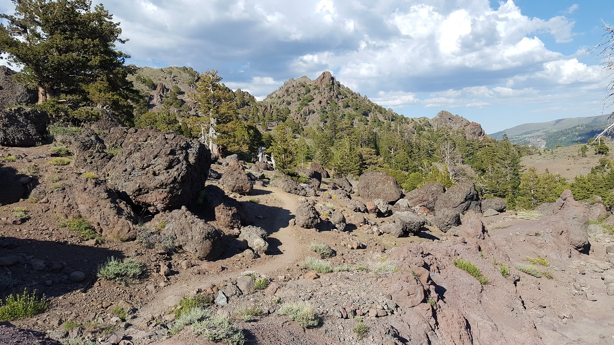 Le sentier serpente entre des roches volcaniques - The trail meanders between volcanic rocks