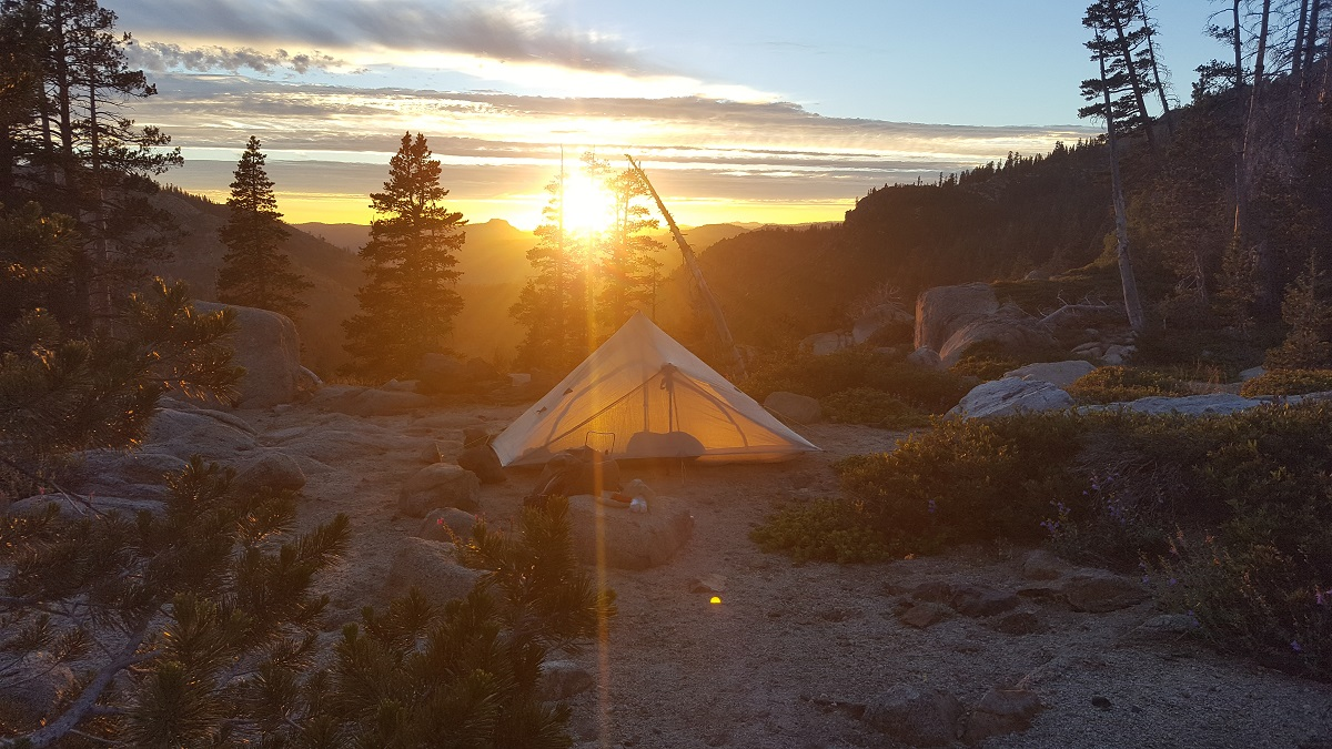 Tente montée devant un coucher de soleil - Tent at sunset