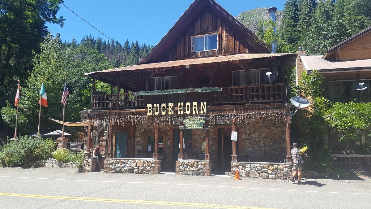 Restaurant en bois dans une ville de montagne - Wooden hut restaurant in a mountain town