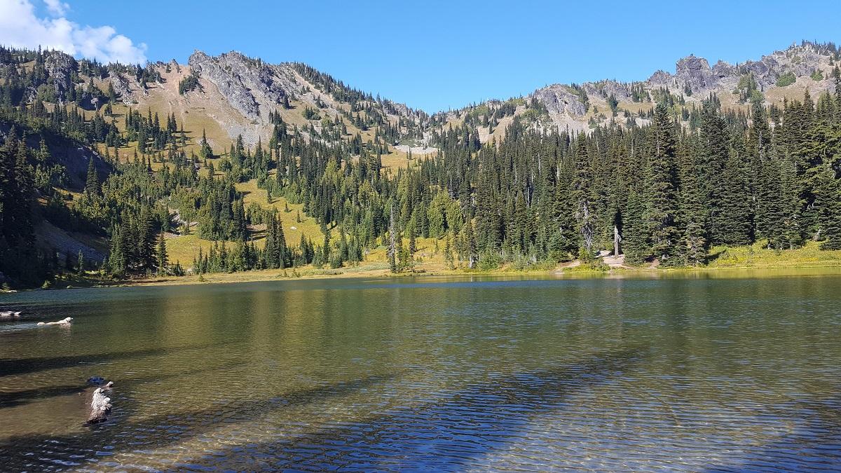 Lac de montagne et ciel bleu - Mountain lake under blue sky