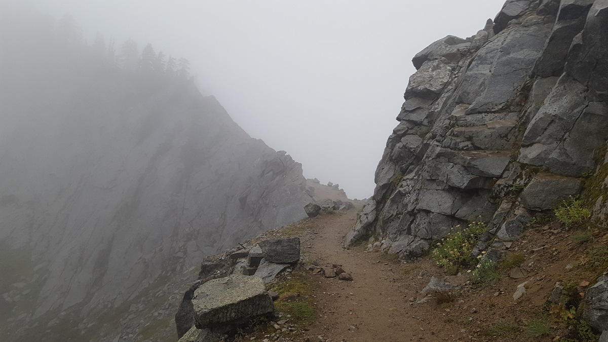 Le chemin se perd dans un épais brouillard - The trail vanishes in a deep fog