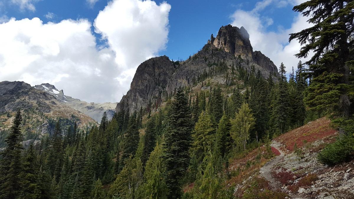 Magnifique bloc rocheux dans le ciel bleu au dessus du chemin - Beautiful moutain peak in a blue sky over the trail
